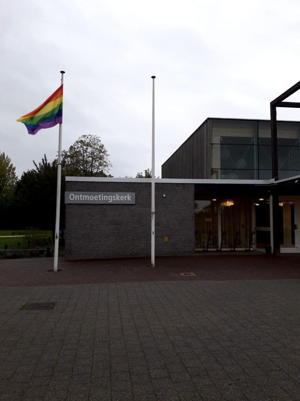 De Ontmoetingskerk hijst vandaag de regenboogvlag